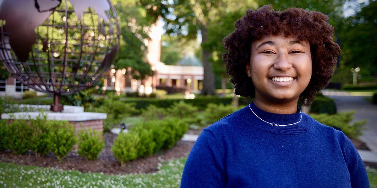Best-selling Miss. author awards full scholarship to graduating senior