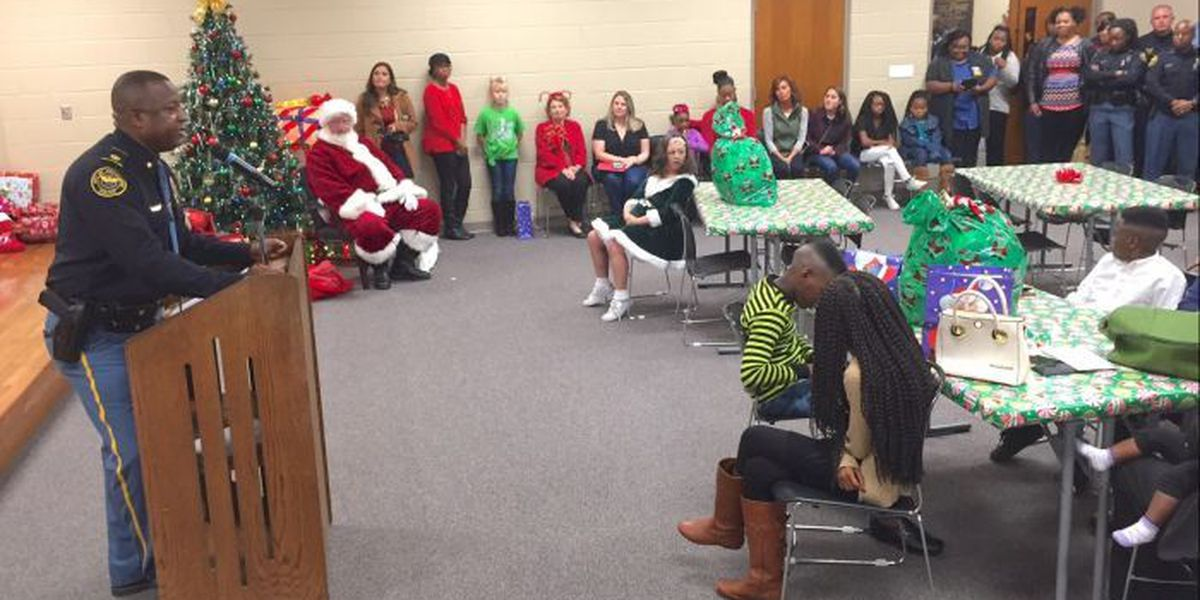HPD gives Christmas presents to victims' families