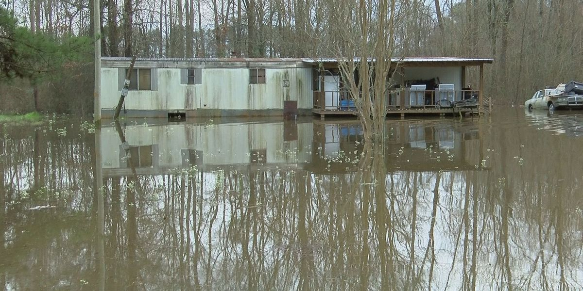 Rising water shutting down roads, flooding acres of farmland in Simpson Co.
