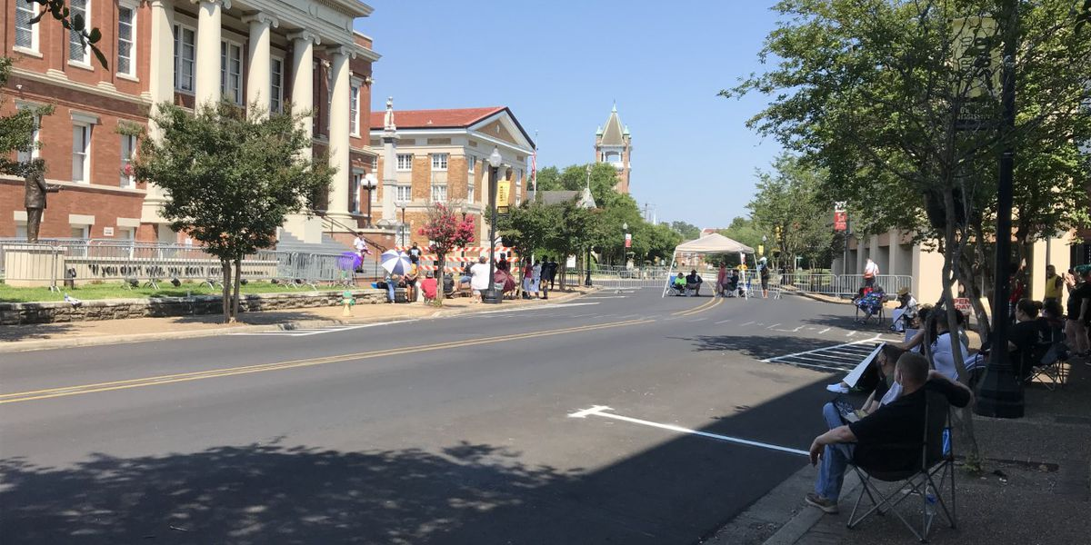 """Organizers of """"Bridging the Gap"""" host sit-in at Forrest County Courthouse"""