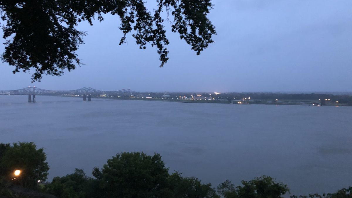 Authorities attempt to identify body found in the Mississippi River