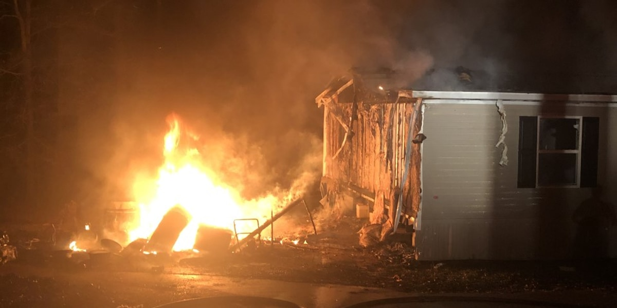 Shed fire spreads to mobile home in Heidelberg