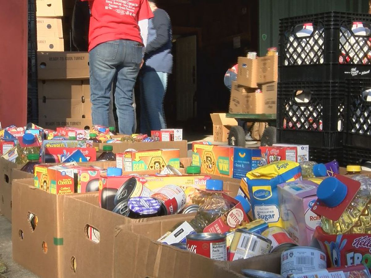 Organization hands out Thanksgiving meal boxes to those in need