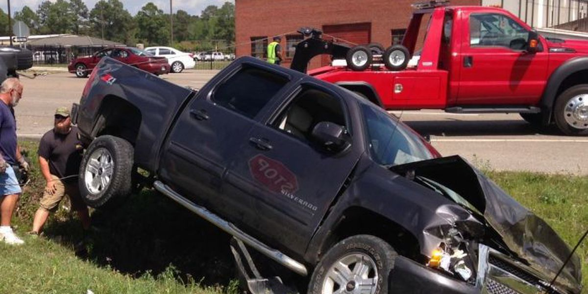Rollover accident briefly stalls traffic on Hwy 49 in Hattiesburg