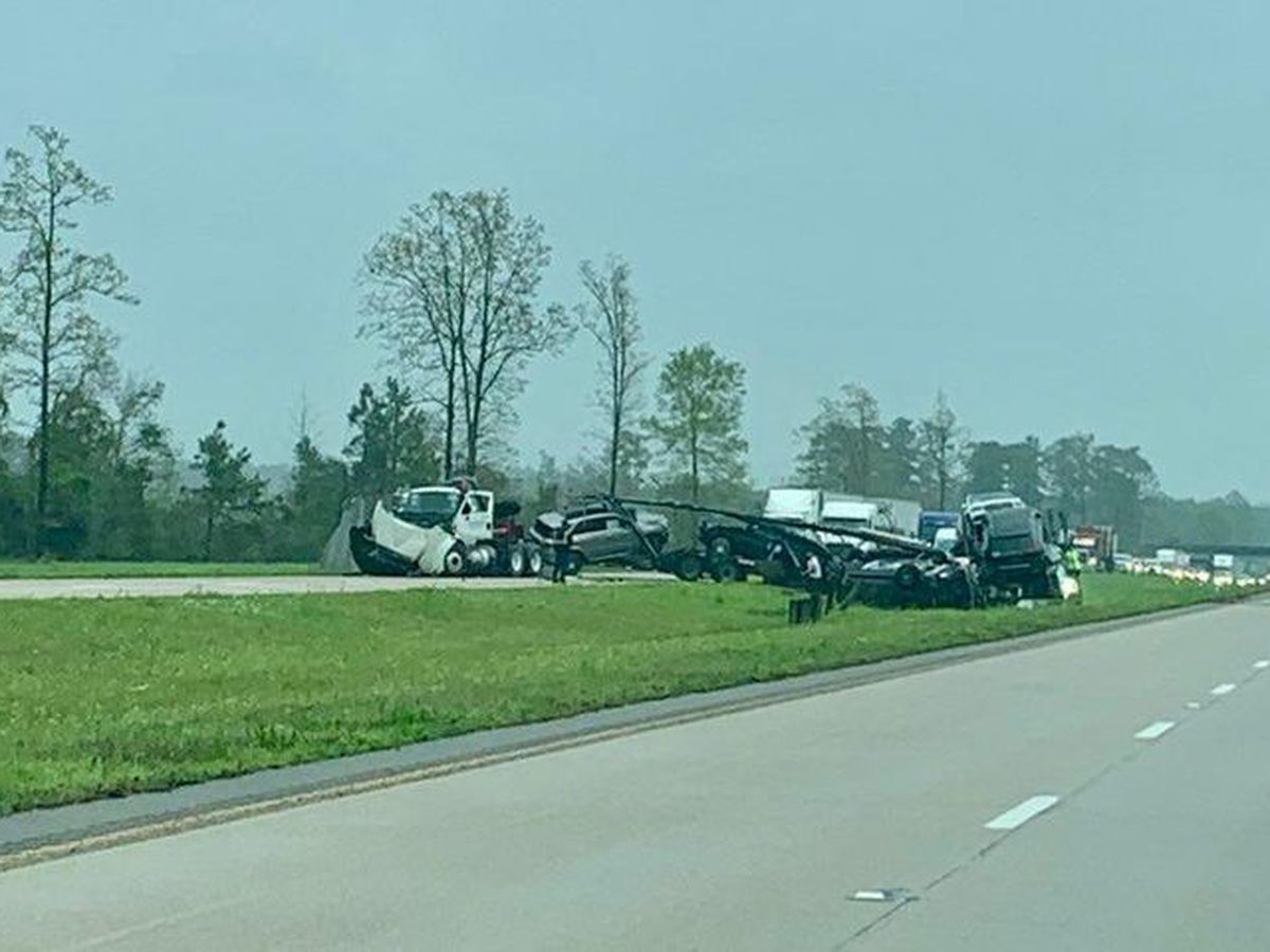 Tractor-trailer wreck blocks traffic on I-59