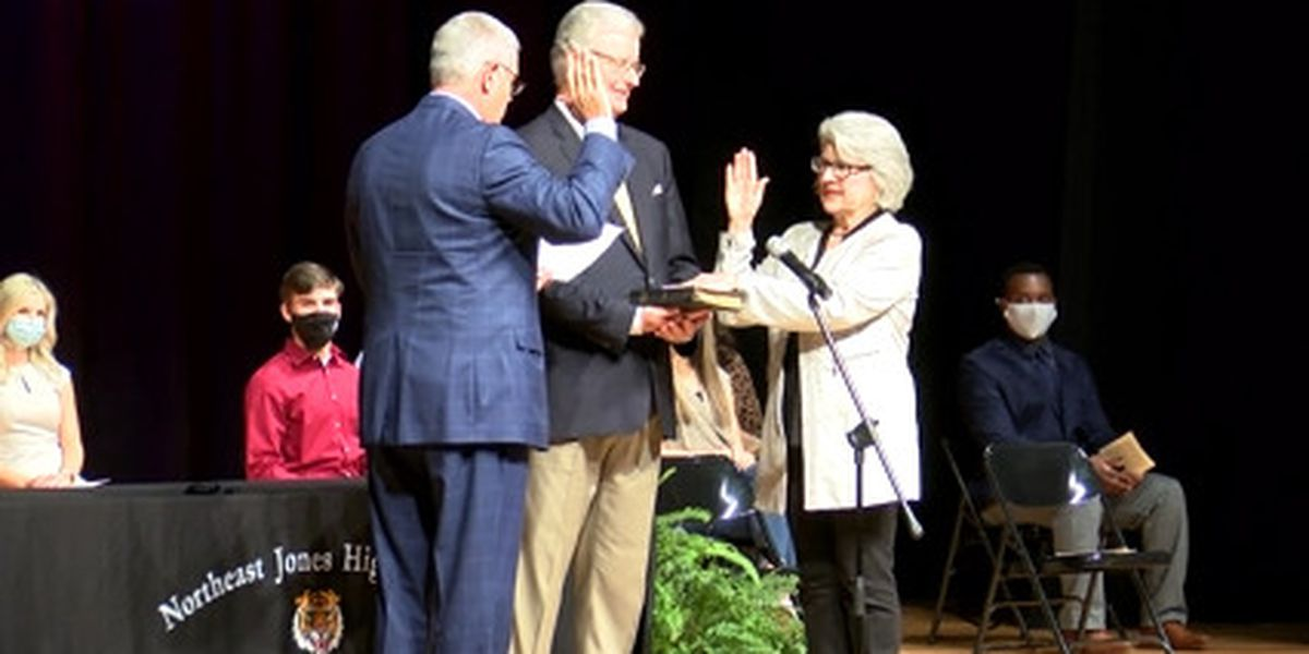 Jones County students witness state representative take oath of office
