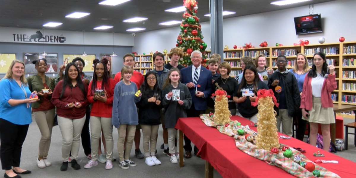 Petal students create ornaments for Sen. Wicker's Christmas tree